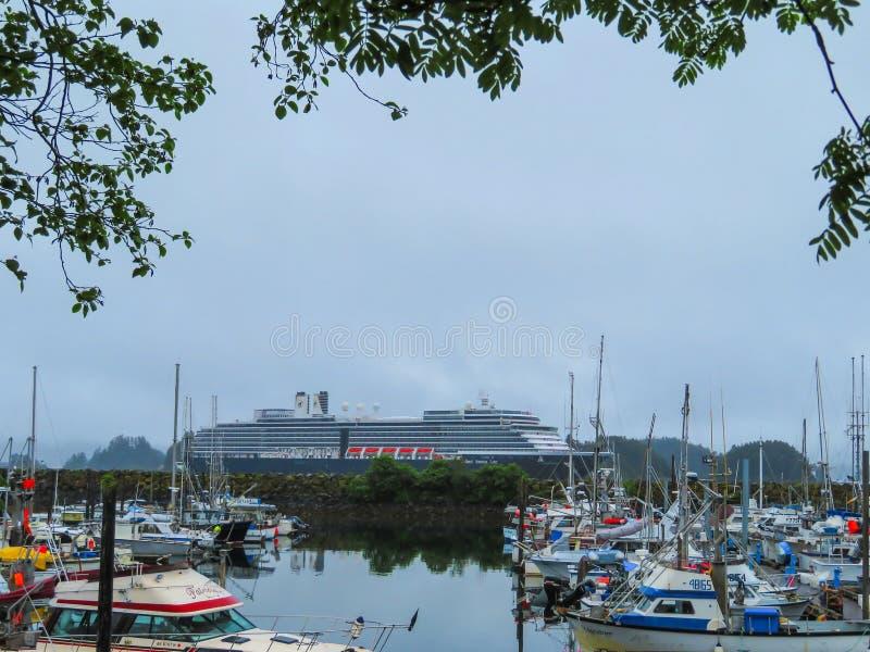 En sikt av ett kryssningskepp från land i Alaska royaltyfri foto