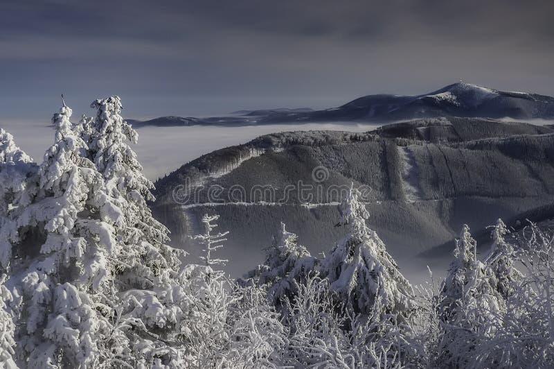 En sikt av ett vinterlandskap uppifrån av det Radhost berget arkivbild