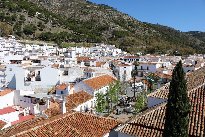 En sikt av fyrkanten eller plazaen i den Mijas puebloen, Spanien fotografering för bildbyråer