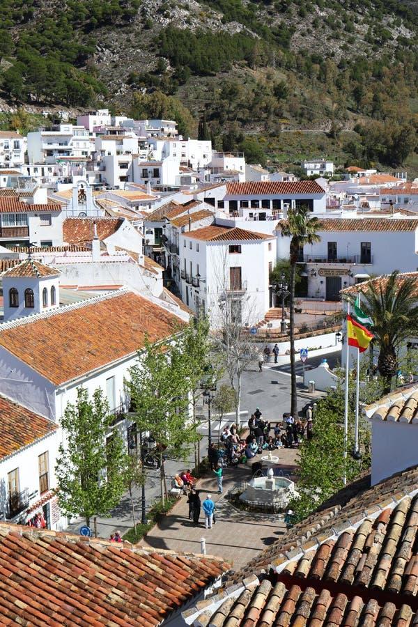 En sikt av fyrkanten i den Mijas puebloen, Spanien royaltyfri fotografi