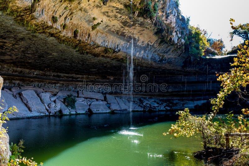 En sikt av härliga Hamilton Pool, Texas med vattenfallet royaltyfri bild