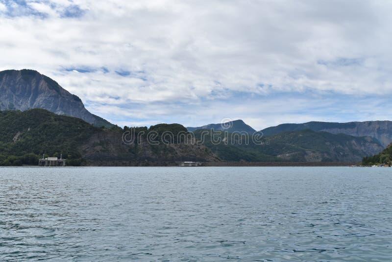 En sikt av en hydroelektrisk fördämning från en sjö royaltyfria bilder
