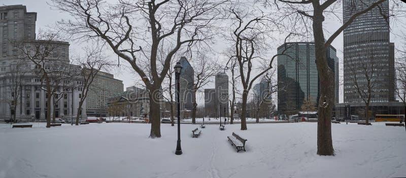 En sikt av i stadens centrum Montreal i vinter arkivbild