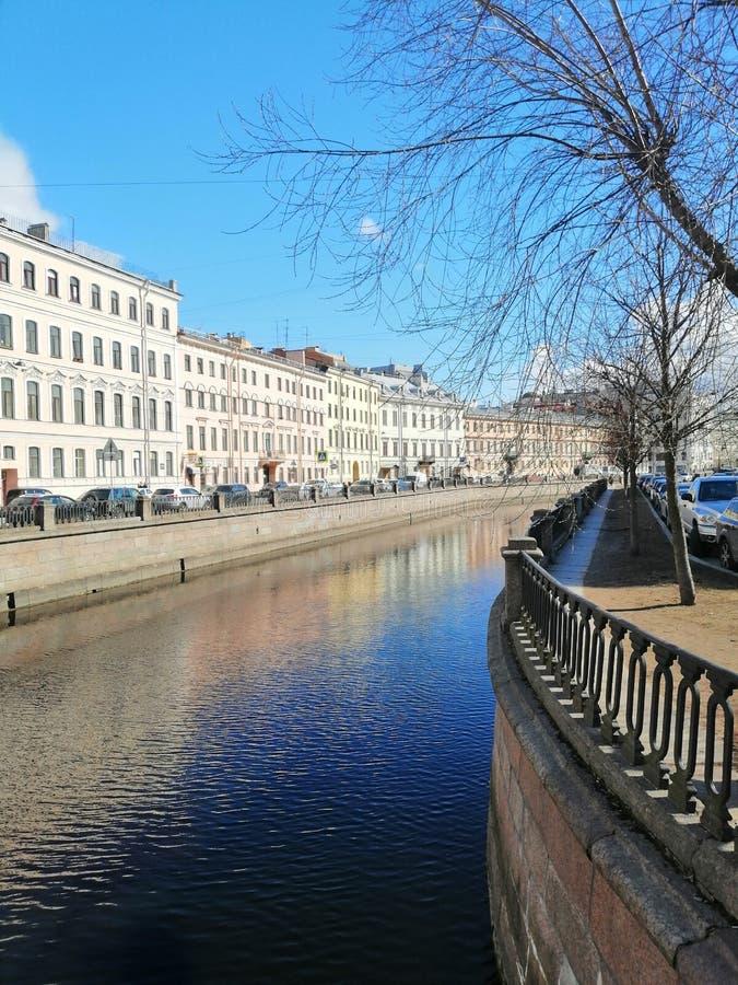 en sikt av kanalen och reflexionen av byggnader royaltyfria bilder