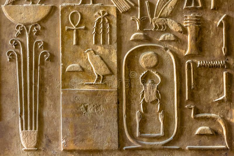 En sikt av kolonnen med forntida hieroglyfer på museet av egyptiska forntider arkivfoto
