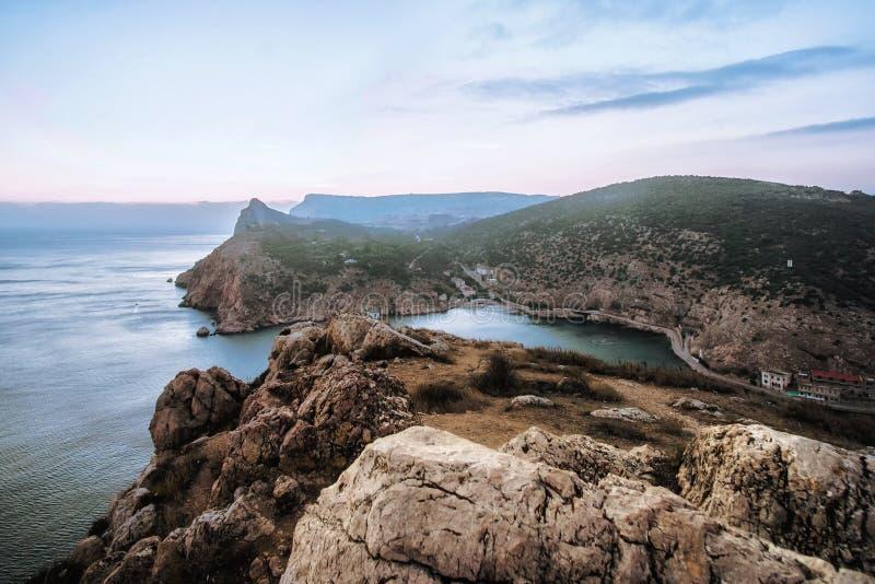En sikt av kullarna från denPetri platån i Krim royaltyfri bild