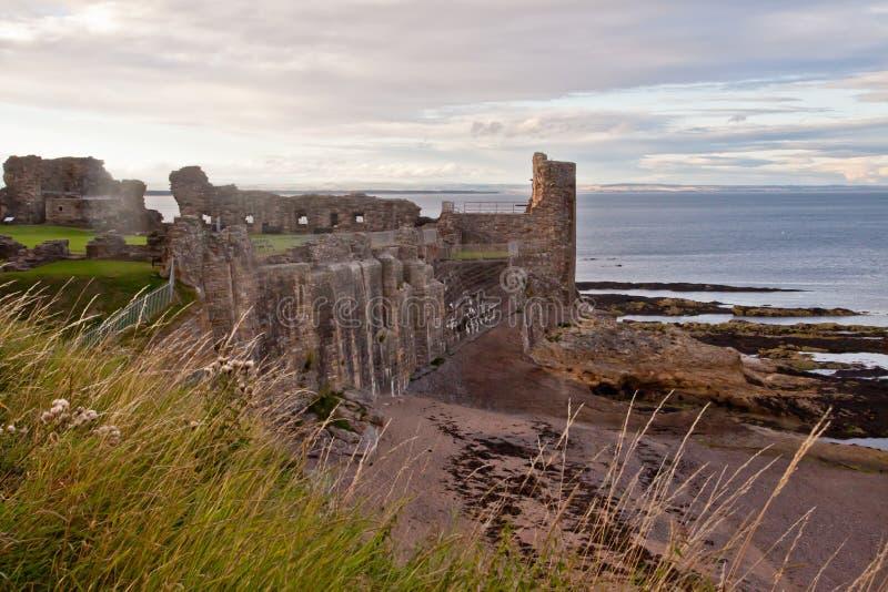 En sikt av kusten och St Andrews rockerar, Skottland arkivfoton