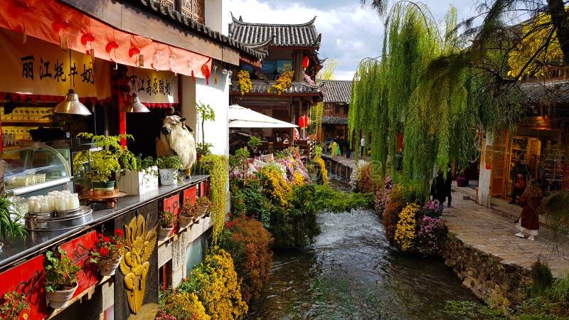 En sikt av Lijiang med en kanal Lijiang Yunnan, Kina arkivfoton