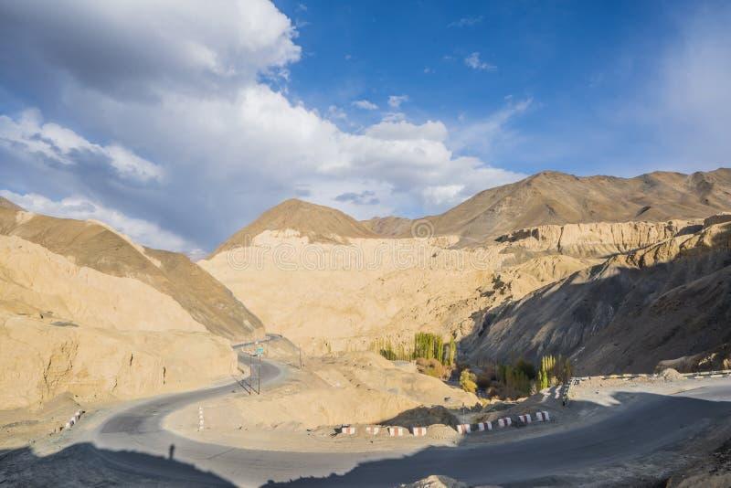En sikt av lutningskullar av bergblickarna som landet av m?nen Kallade M?ne Landa av Lamayuru Leh, Ladakh, Indien arkivfoton