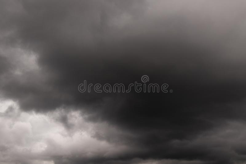 En sikt av mörka stormiga moln royaltyfri bild