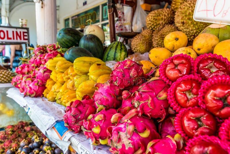 En sikt av en marknad i Kamala Thailand arkivbild