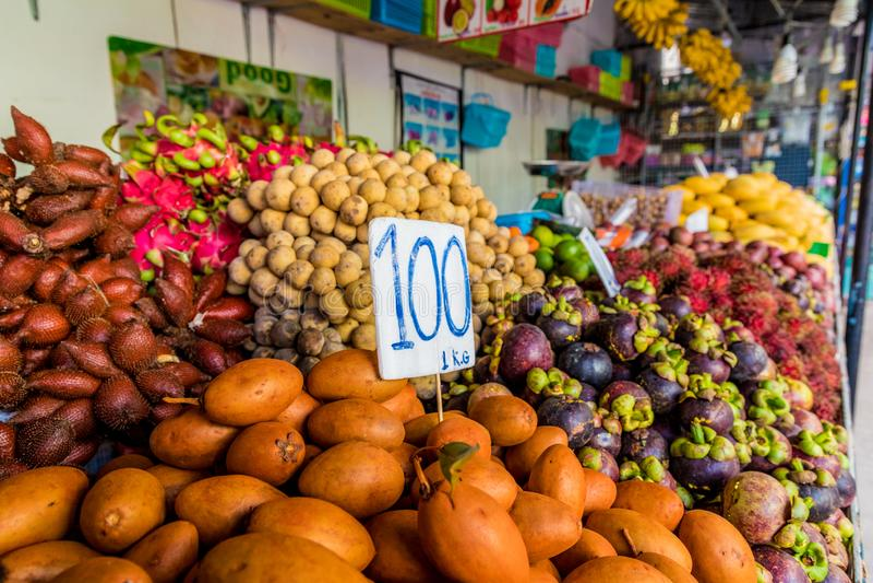 En sikt av en marknad i Kamala Thailand royaltyfria foton