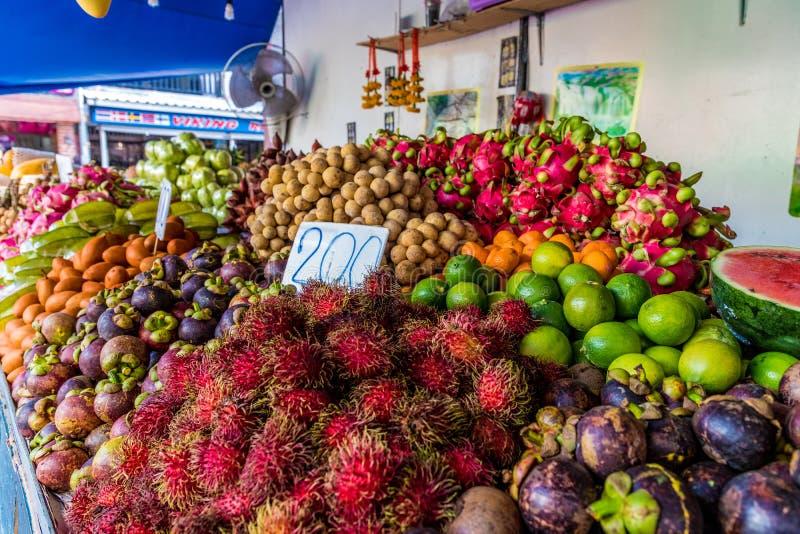 En sikt av en marknad i Kamala Thailand arkivfoto