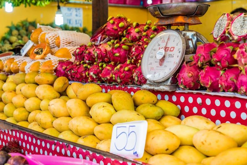En sikt av en marknad i Kamala Thailand arkivbilder