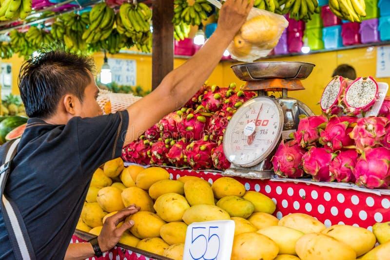 En sikt av en marknad i Kamala Thailand royaltyfri foto