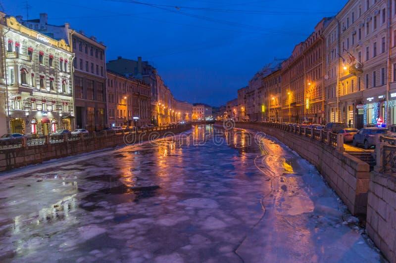 En sikt av natten St Petersburg och den Moyka floden, Ryssland royaltyfri bild