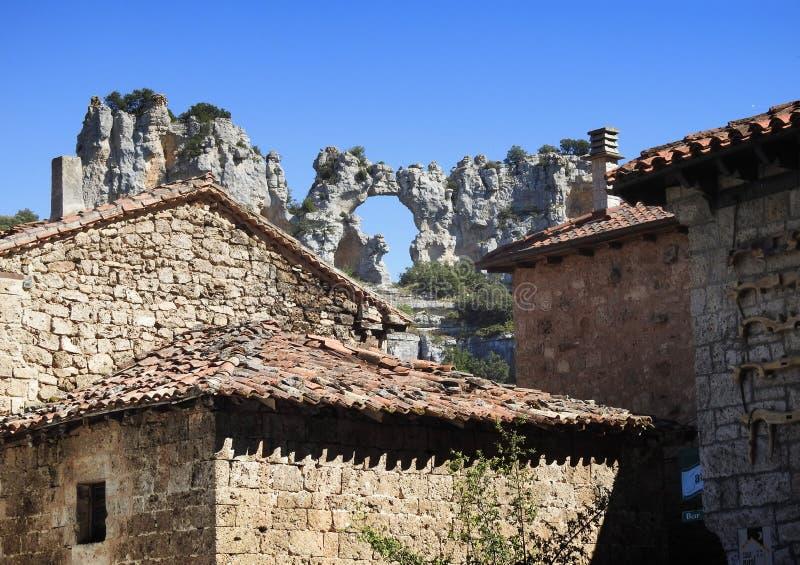 En sikt av Orbaneja del Castillo, Burgos Spanien royaltyfri foto