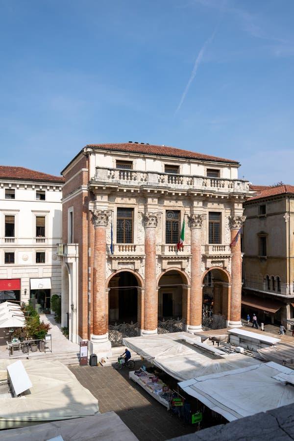 En sikt av Palazzoen del Capitaniato eller loggia del Capitaniato i piazzadeiSignori, Vicenza royaltyfri foto