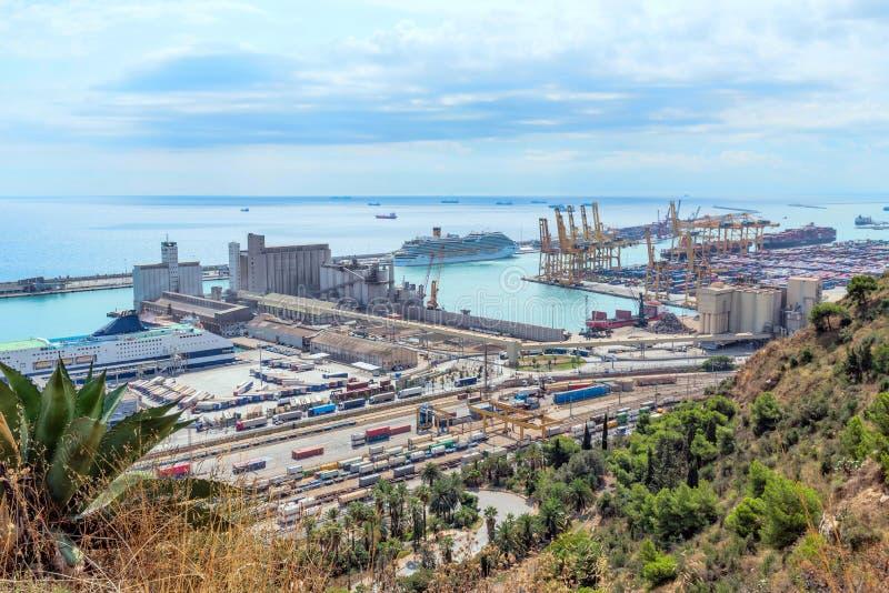 En sikt av porten av Barcelona från Montjuic Catalonia Spanien September 2017 royaltyfri bild