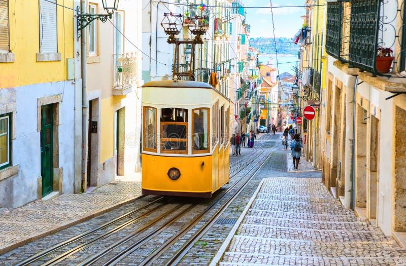 En sikt av sluttningen och den Bica spårvagnen, Lissabon, Portugal royaltyfri fotografi