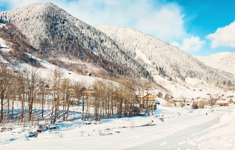 En sikt av snöig fjällängberg i den soliga morgonen för vinter, märke, Bludenz, Vorarlberg, Österrike tonad bild fotografering för bildbyråer