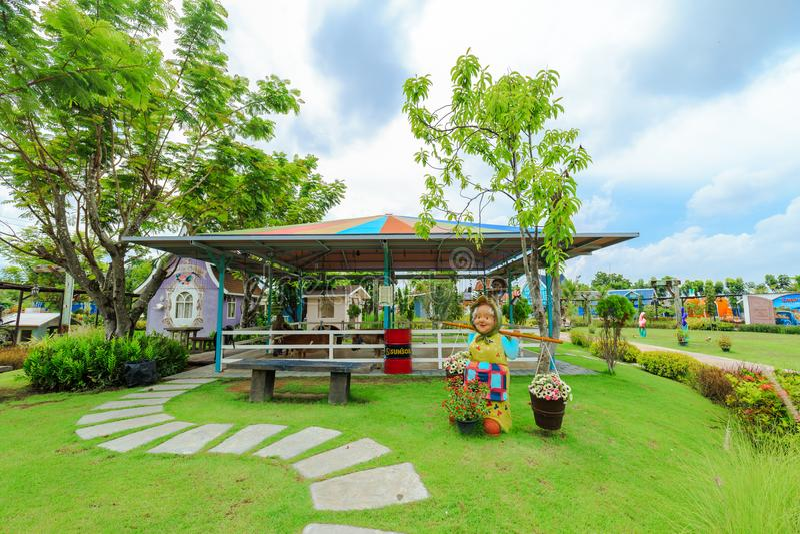 En sikt av sookmat 1000 och den stads- lantgården för bilparkering och kopplar av tidigt på morgonen cha-är in, Phetchaburi Thail fotografering för bildbyråer