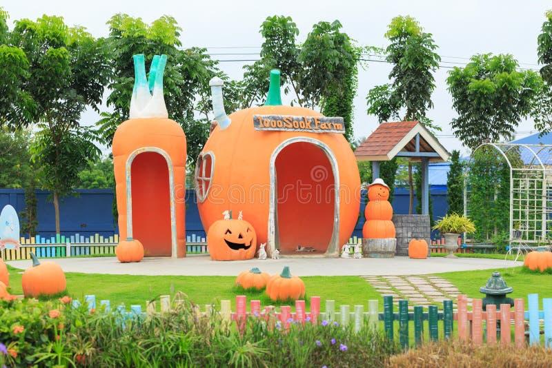 En sikt av sookmat 1000 och den stads- lantgården för bilparkering och kopplar av tidigt på morgonen cha-är in, Phetchaburi Thail royaltyfria foton