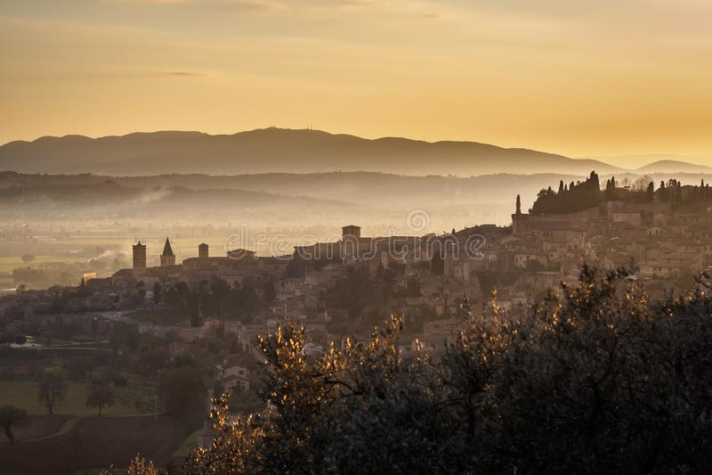 En sikt av Spello i Umbria p? solnedg?ngen fotografering för bildbyråer