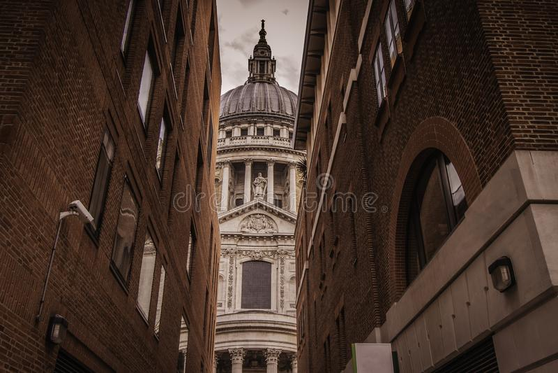 En sikt av St Paul Cathedral i London royaltyfria foton