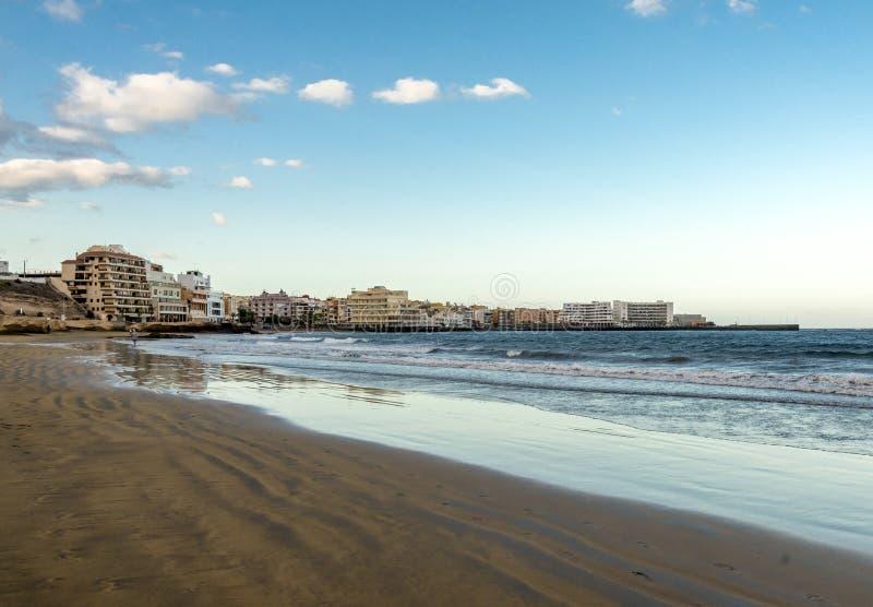 En sikt av staden för El Medano från den Playa Leocadio Machado stranden tidigt på morgonen, Tenerife, Spanien arkivbilder