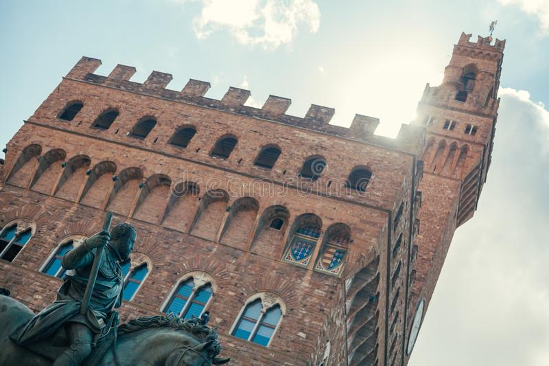 En sikt av Statuaen Equestre av Cosimo I, nära statyn av David av Michelangelo arkivbilder
