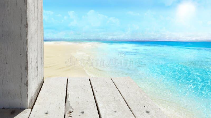 En sikt av stranden från pir royaltyfria foton