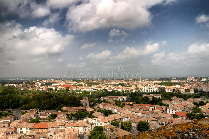 En sikt av tak över en fransk stad royaltyfri bild