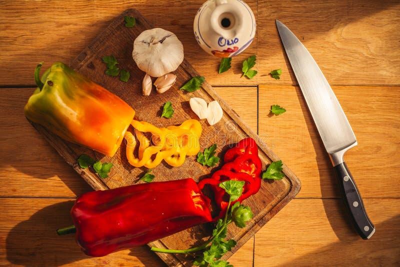 En sikt av tv? peppar p? sk?rbr?dan med n?gra ingredienser runt om dem: vitl?k persilja, olja royaltyfri fotografi
