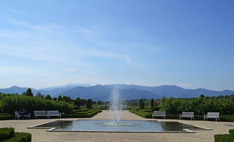 En sikt av Venaria Reale och dess trädgård arkivfoton