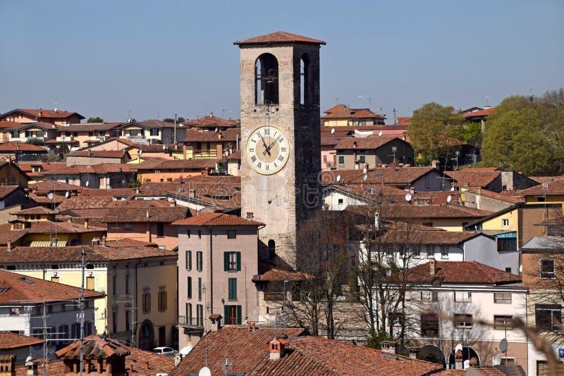 En sikt från över av staden av Palazzolo i Lombardy - Italien royaltyfria foton