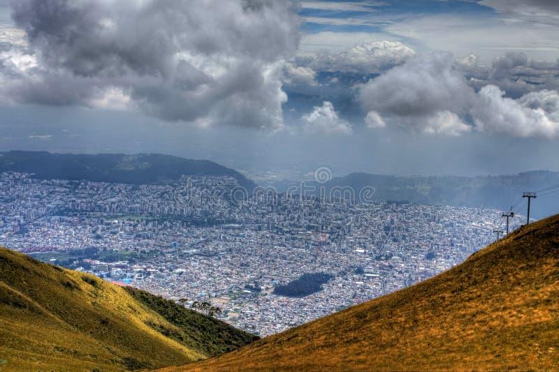 En sikt från bergen som ser ner på staden av Quito, Ecuador royaltyfria foton