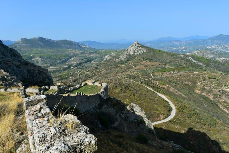 En sikt från den Agrocorinth fästningen till Corinthen och bergen royaltyfria bilder