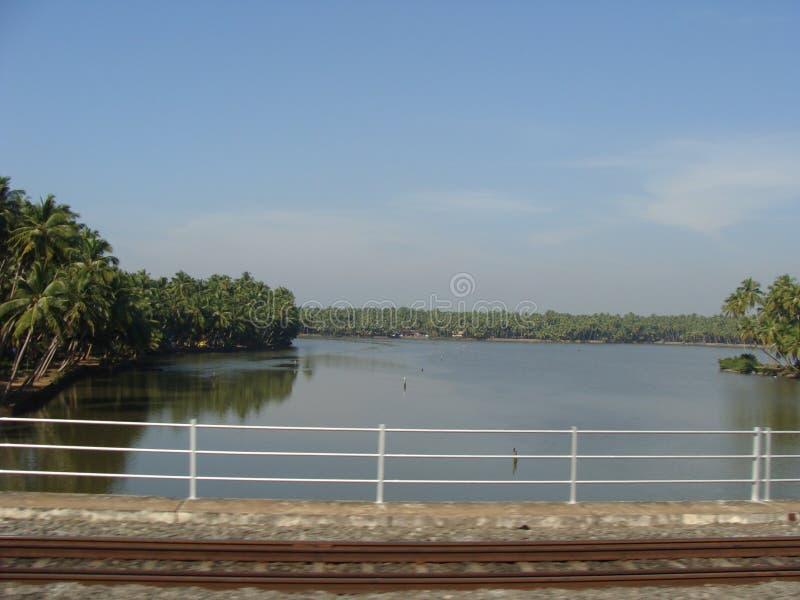 En sikt från den roadby stången floden royaltyfri bild