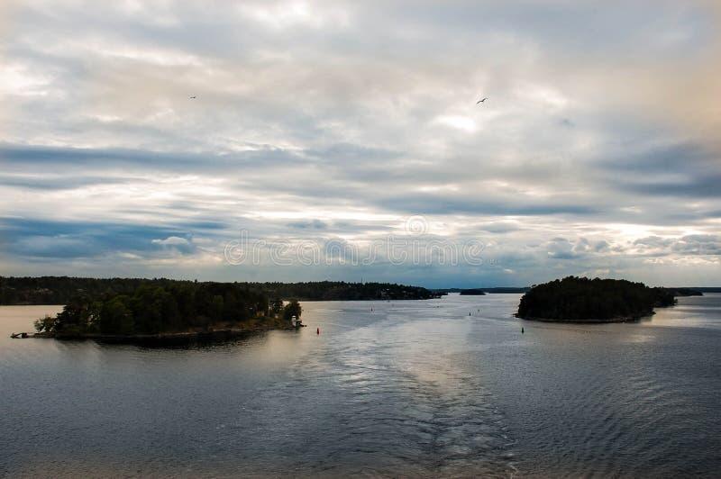 En sikt från en höjd av två härliga gröna öar i straien arkivbild