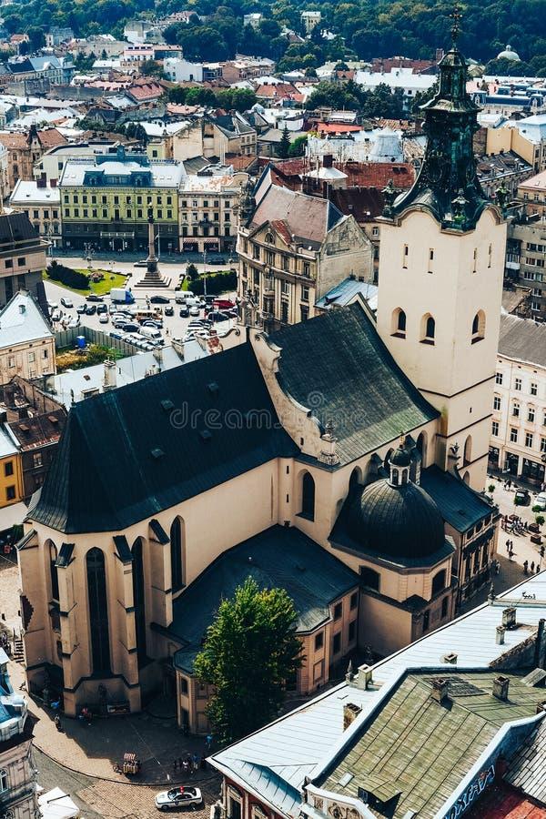 En sikt från ovannämnt på den historiska mitten av Lviv Taken av den gamla staden Tak av Lviv, Ukraina arkivfoto