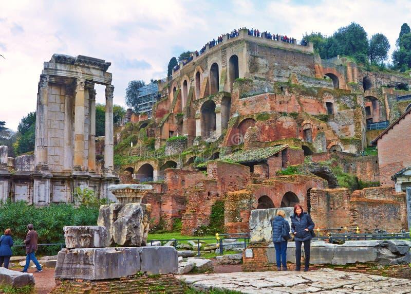 En sikt från Roman Forum som är det viktigaste forumet i forntida Rome royaltyfri bild