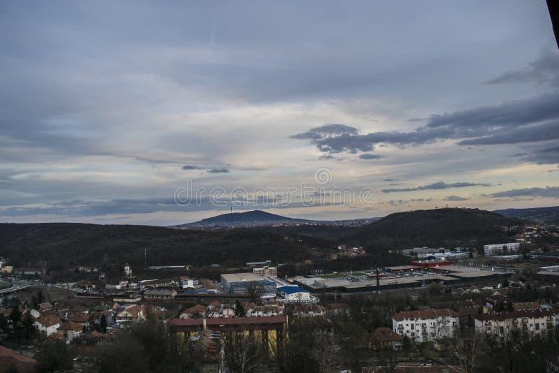 En sikt från terrassen till alurna står högt i aftonen fotografering för bildbyråer