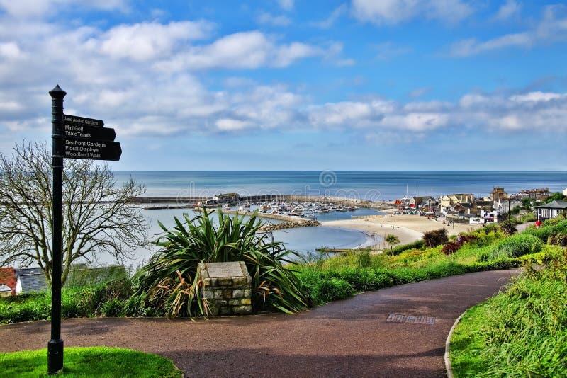 En sikt från trädgårdarna ~ Lyme Regis fotografering för bildbyråer