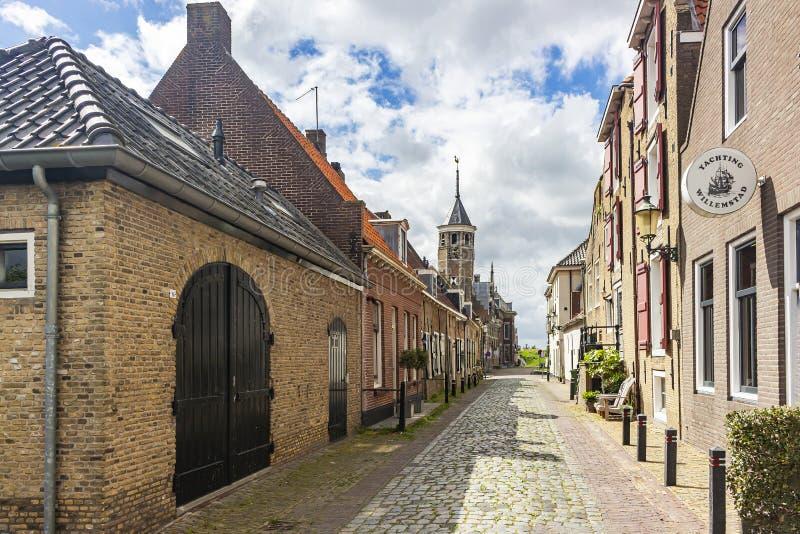 En sikt längs de gamla husen av Bovenkaden på tornet av stadshuset i den historiska fästningstaden Willemstad, Nederländerna arkivfoto