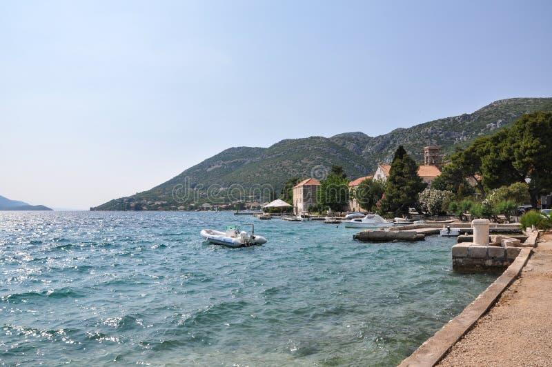 En sikt längs kusten på Viganj, Kroatien royaltyfri foto