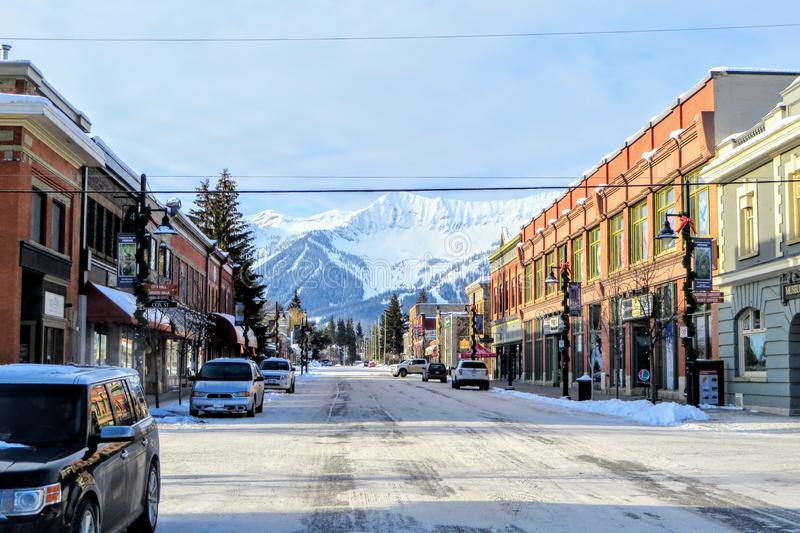 En sikt ner gatorna av i stadens centrum Fernie, British Columbia, Kanada på en solig morgon under vintern royaltyfria foton