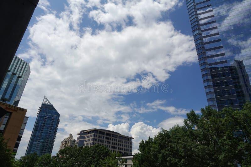 En sikt som ser upp på byggnader med himmelreflexioner fotografering för bildbyråer
