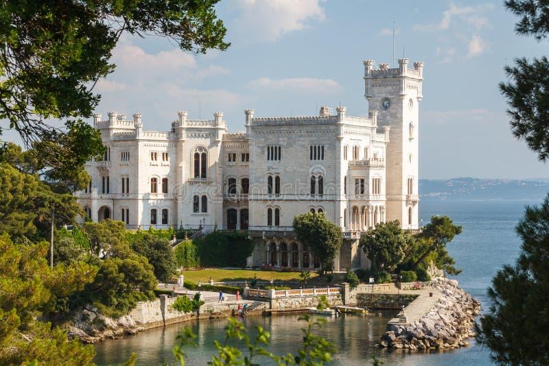 En sikt till den Miramare slotten arkivbild