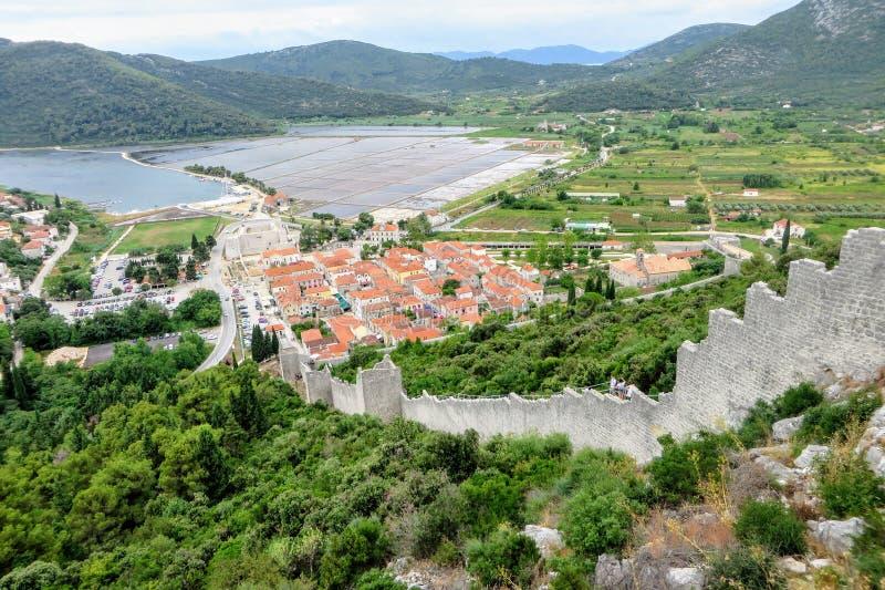 En siktshöjdpunkt upp från väggarna av Ston som förbiser staden av Ston, Kroatien Väggen är en forntida defensiv vägg arkivfoto